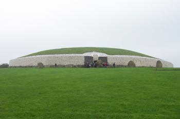 Brú na Bóinne by Ian Cade