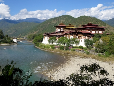 Dzongs: the centre of temporal and religious authorities (Punakha Dzong, Wangdue Phodrang Dzong, Paro Dzong, Trongsa Dzong and Dagana Dzong) (T)